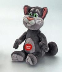 Squeezer Tom este o jucarie de plus cu personajul Talking Tom. Apasa pe burtica pentru a auzi sunetele indragite din aplicatia cu acelasi nume. Dimensiunea este de 18 cm, iar bateriile sunt incluse.Varsta recomandata +3 ani