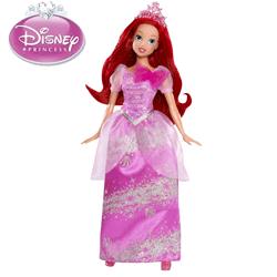 Fetita ta va fi incantata de aceasta Printesa Disney, Sirena Ariel unul dintre cele mai cunoscute personaje din basmele Disney. Frumoasa papusa Ariel este imbracata cu o rochie de bal de culoare roz si cu o tiara sclipitoare asortata.