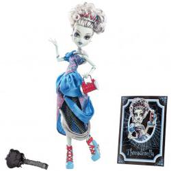 Dimensiunea papusii Monster High Frankie Stein este de aproximativ 30 cm. Setul include: papusa Monster High Frankie Stein deghizata in Cenusareasa, un stativ, un pieptan, un caiet cu notite.