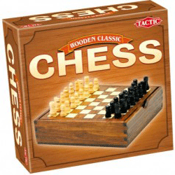 Set de sah marca Tactic care contine o tabla de joc si 32 de piese din lemn.