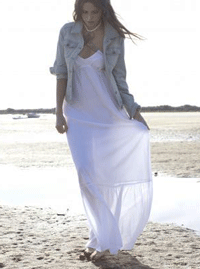 Rochite albe de vara din bumbac si in, ideale pentru plimbarile pe plaja