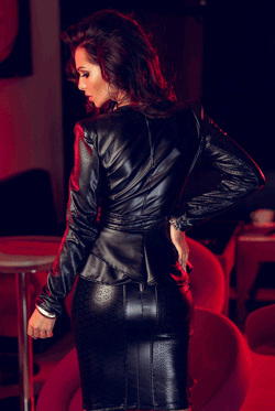 Jacheta din piele lucioasa perforata - eleganta cu decolteu