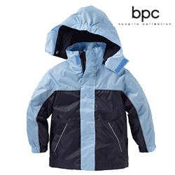 Geacă de ploaie pentru copii, croita cu glugă detașabilă, două buzunare și elemente reflectorizante pentru siguranta atat în față cat și la spate.
