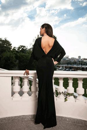 Rochie lunga cu design deosebit.Lejeritatea si lungimea acestei rochii te vor face sa te simti confortabil in serile tale speciale in care vrei sa fii o aparitie eleganta.