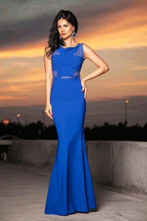 Rochie de seara Fathia, lunga de culoare albastra, perfecta pentru serile in care vrei sa radiezi. Este ideala pentru ocaziile unde trebuie sa participi si sa arati impecabil. Talia este evidentiata de curea, iar dantela din partea superioara iti va conferi un look feminin de senzatie.