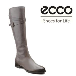 Cizme inalte moderne ECCO Sullivan din piele naturala lucioasa culoarea gri. Sistemul de fixare cu fermoar se deschide şi închide uşor.  Cureluşa ajustabila adaugă eleganță şi un aspect vizual plăcut.. Talpa injectata , aderenta este foarte rezistenta la uzura. Tocul de 20 mm ofera stabilitate la fiecare pas.