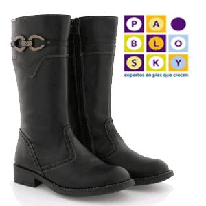 Cizme inalte din piele pentru fetite Pablosky. Acest model de cizme de la Pablosky atrage prin simplitate si bun gust.  Materialele de cea mai buna calitate din care sunt realizate mentin piciorul comod si cald in anotimpul rece, iar talpa flexibila din cauciuc este aderenta la orice tip de suprafata, oferind siguranta chiar si pe gheata.