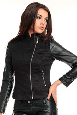 Jacheta Neagra din Piele Bonnie, manecile sunt croite din piele ecologica de culoarea neagra. Jacheta scurta de culoarea neagra, se incheie modern cu un fermoar oblic in fata.