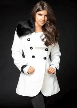 Palton din stofa cu guler din blana perfect pentru iernile friguroase. Se incheie in 3 nasturi si este cambrat. Paltonul iti completeaza perfect tinutele pe care alegi sa le porti.