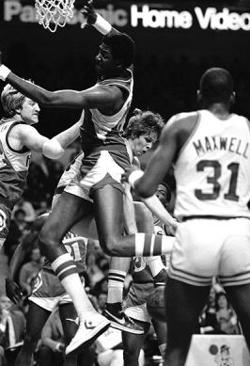 Ultimul jucator de baschet in NBA care a purtat o pereche de Converse Chuck Taylor Tree Rollins
