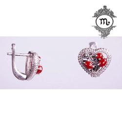 Cercei inimioare din argint cu marcasite si agat rosu. Cercei din argint de înaltă puritate (92,5%) în formă de inimioare cu marcașite și agat roșu. închizătoare tip cârlig cu inchidere. Lungime: 1,3 cm Lățime: 1,3 cm.