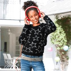 Model super frumos pentru fete, tricotat din fire moi şi ornat cu steluţe drăguţe. 75% poliester, 25% fibre metalizate