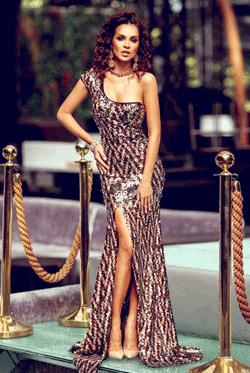 Rochia lunga din paiete negre-aurii este mulata pe corp, tip one shoulder si nu are bust buretat. Este o rochie ce iti pune in valoare corpul prin despicatura adanca de pe picior si este ideala pentru evenimentele importante din viata ta.
