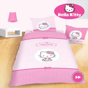 Lenjerie de pat Hello Kitty Sanrio fetite 160 x 200 cm. Compozitie material cearceaf si husa de perna: 100% bumbac. Dimensiune perna: 70x80 cm.
