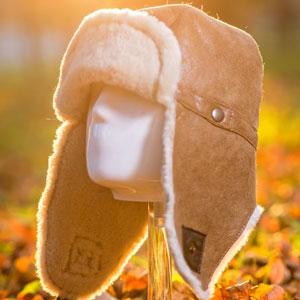 Caciula imblanita blana naturala de miel pentru barbati